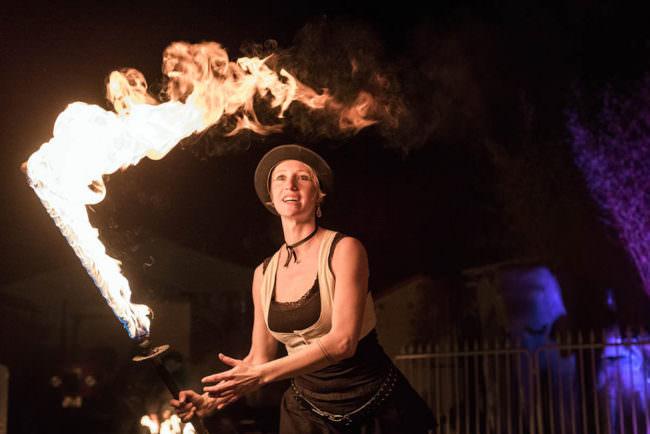 Feuerspielerin mit brennendem Flammenschwert.