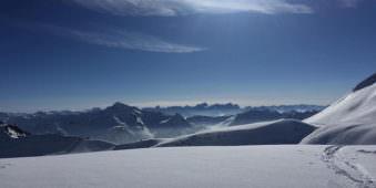 Ein Bergpanorama im Schnee.