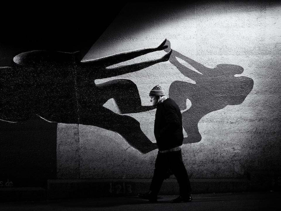 Mann läuft vor Schatten