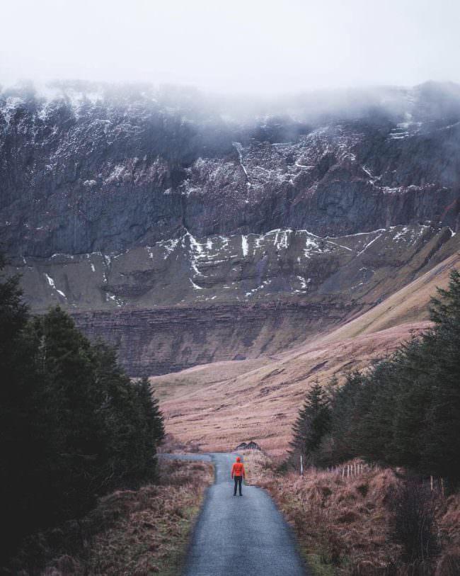 Wanderer vor einem Berg