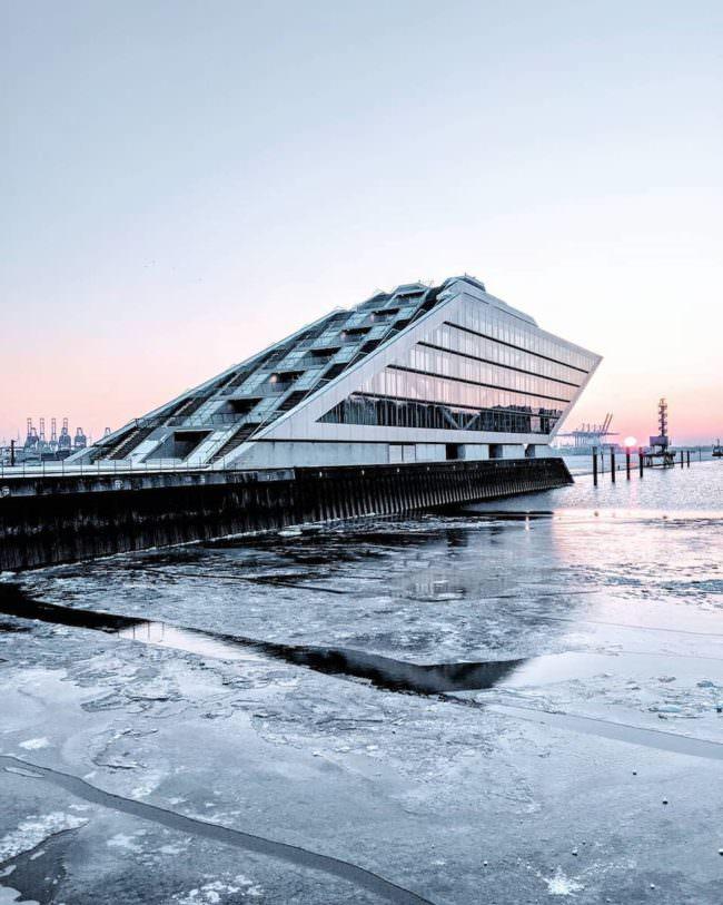 Ein Gebäude auf einem Dock, das auf einer zugefrorenen Küste steht.
