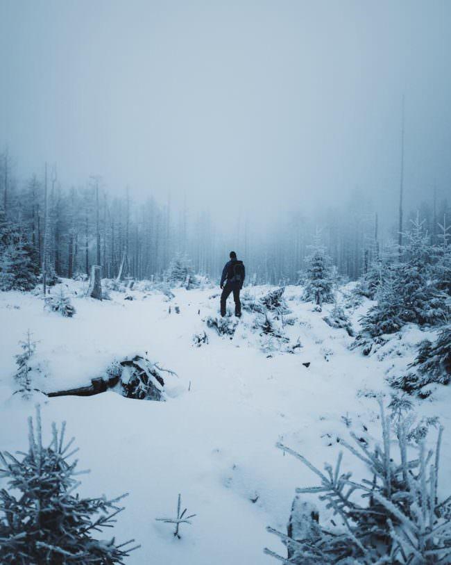 Person in winterlicher Landschaft