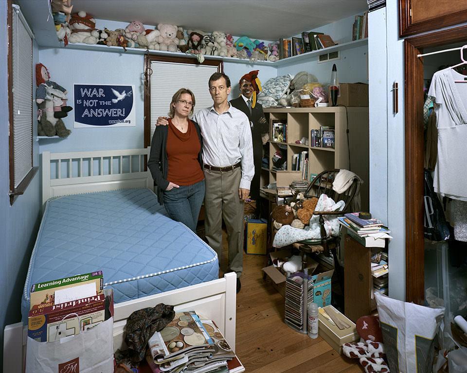 Ein Mann und eine Frau stehen in einem vollgestellten Kinderzimmer.