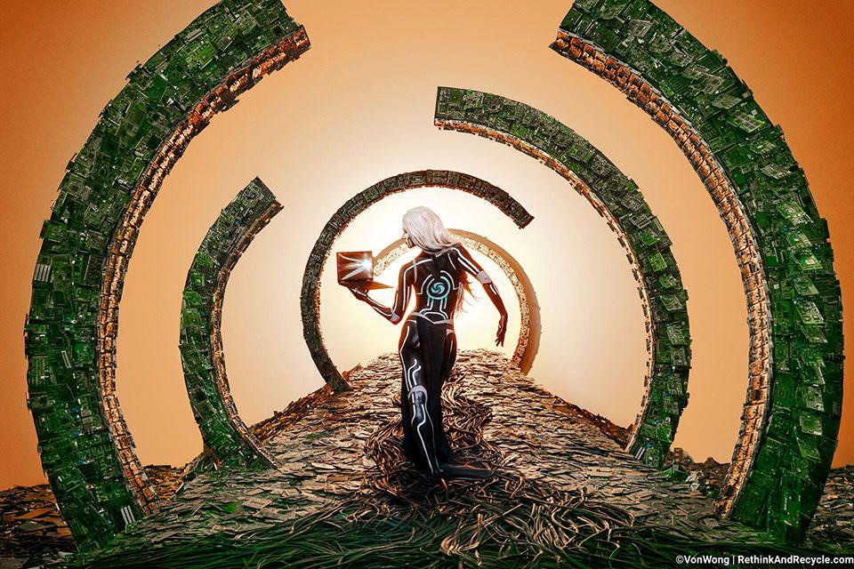 Surreales Portal aus Elektroschrott