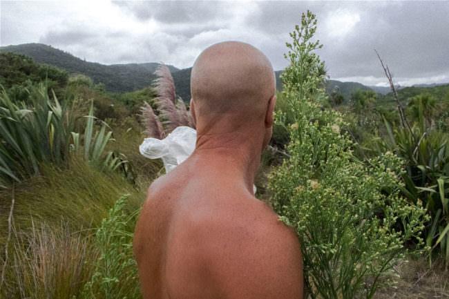 Ein Mann schaut in die Ferne