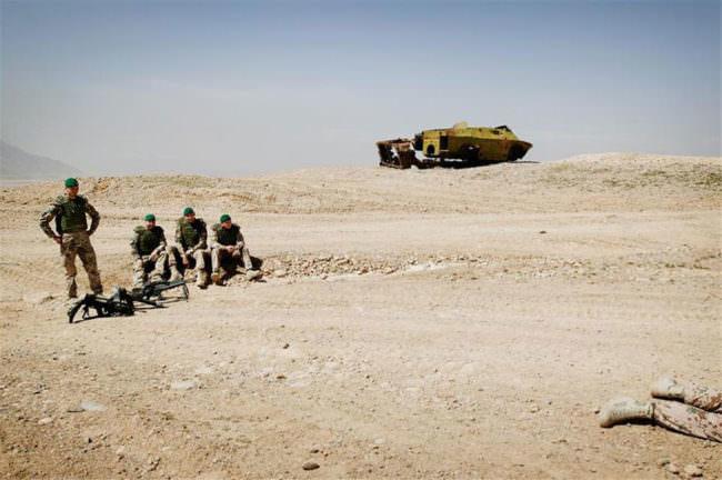 Soldaten mit einem Panzer im Hintergrund