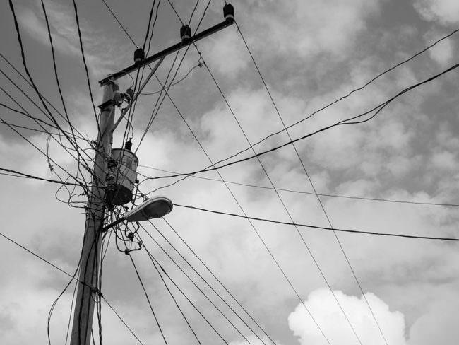 Strommast mit unzähligen Kabeln.