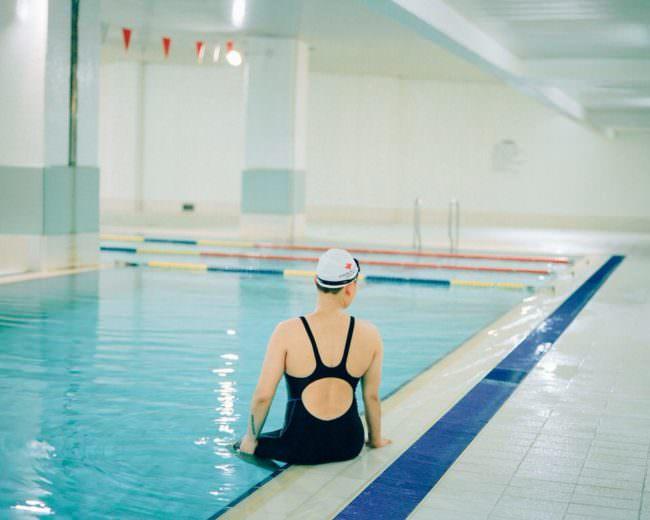 Eine Schwimmerin am Beckenrand