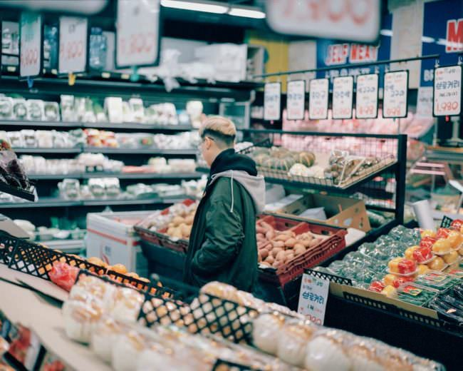 Eine Person beim Einkaufen