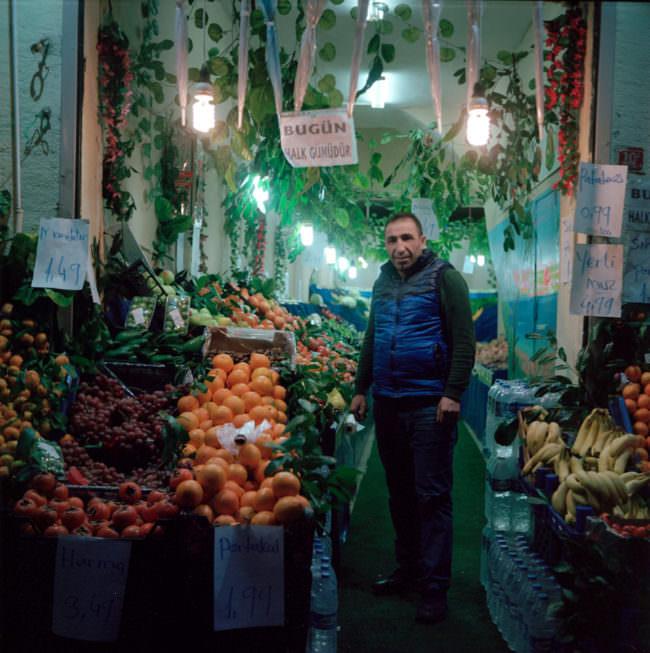 Obstverkäufer zwischen Waren