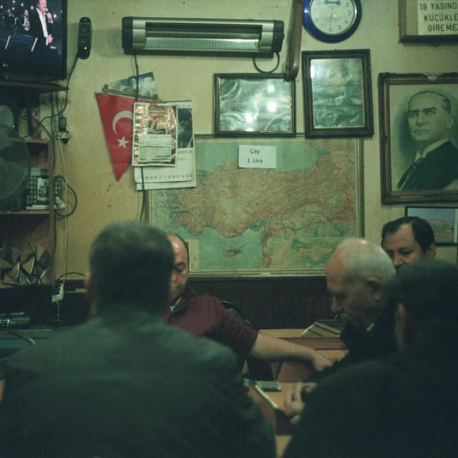 Männer sitzen an einem Tisch in einer Kneipe.