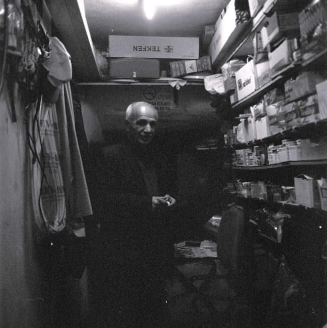 Mann in einem engen kleinen Laden.