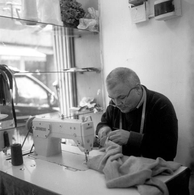 Ein Mann arbeitet an einer Nähmaschine.