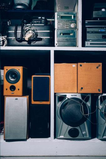 Lautsprecher in einem Regal