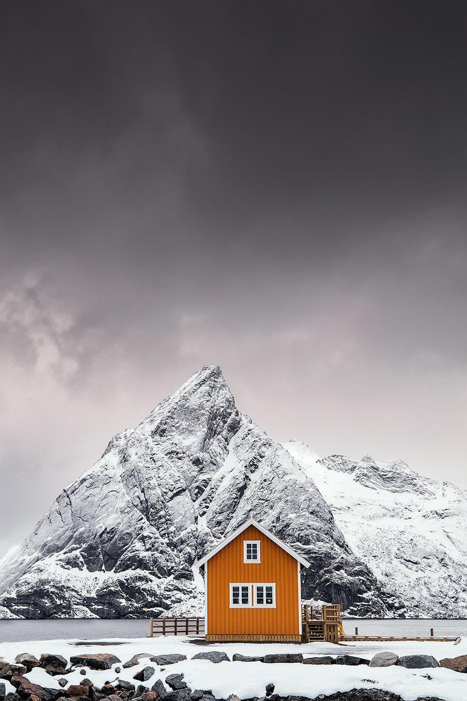Ein Haus vor einem verschneiten Berg
