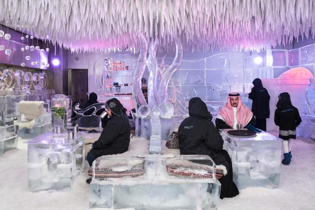 Männer in einer Bar aus Eis