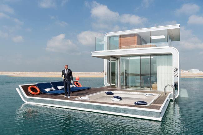 Ein Butler auf einem Hausboot