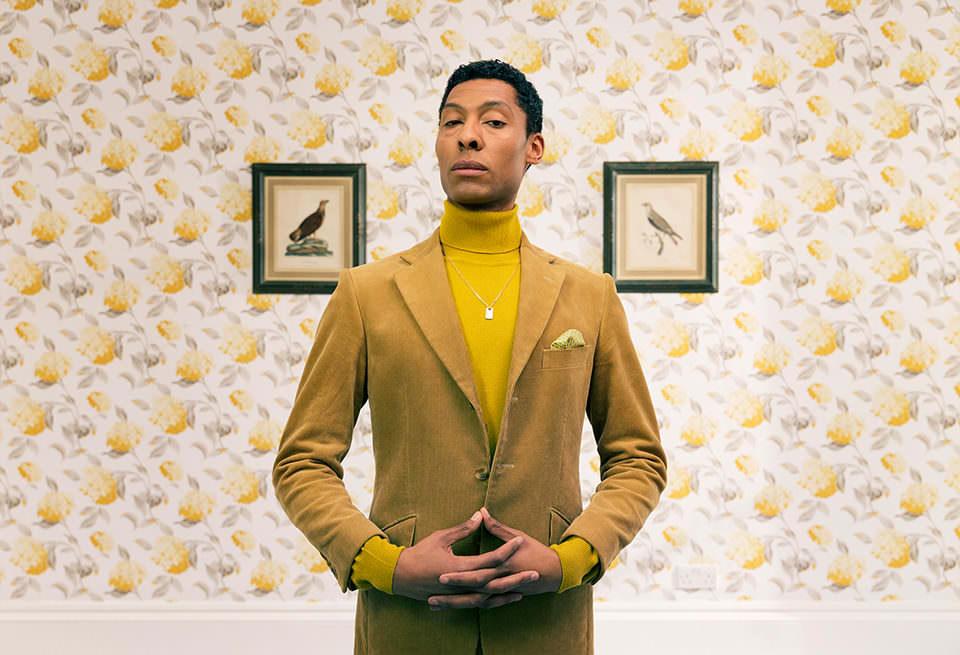 Ein Mann im gelben Anzug