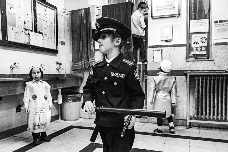 Ein Junge in Uniform