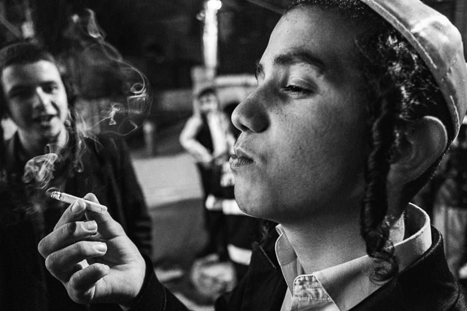 Ein rauchender Junge