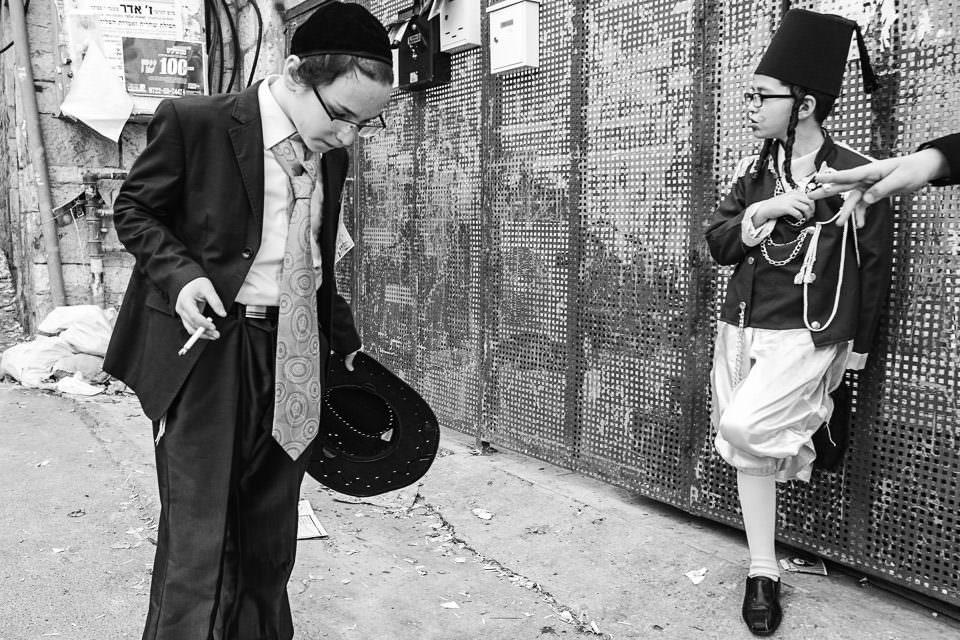 Ein Junge raucht in den Straßen