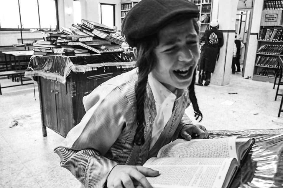 Ein Junge liest ein Buch