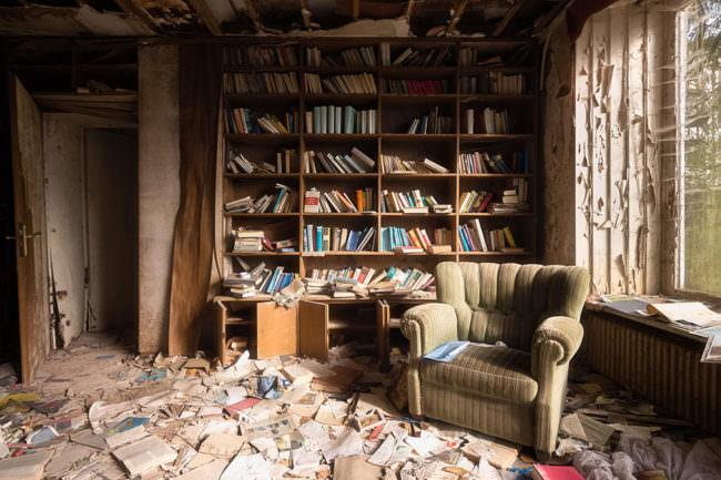 Alte Bücherwand