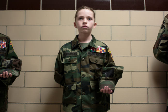 Kind in Militäruniform