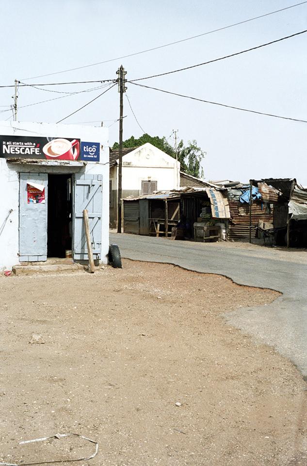Eingang zu einem Innenraum mit großem Werbeschild von Nescafé.