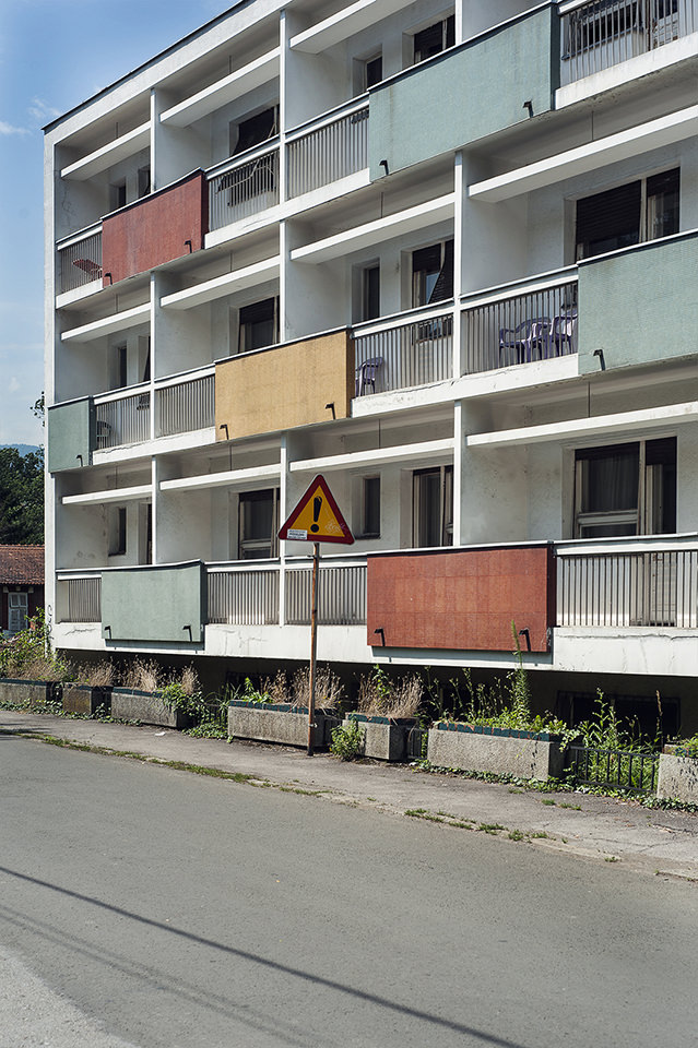 Hausfassade mit bunten Balkonen.