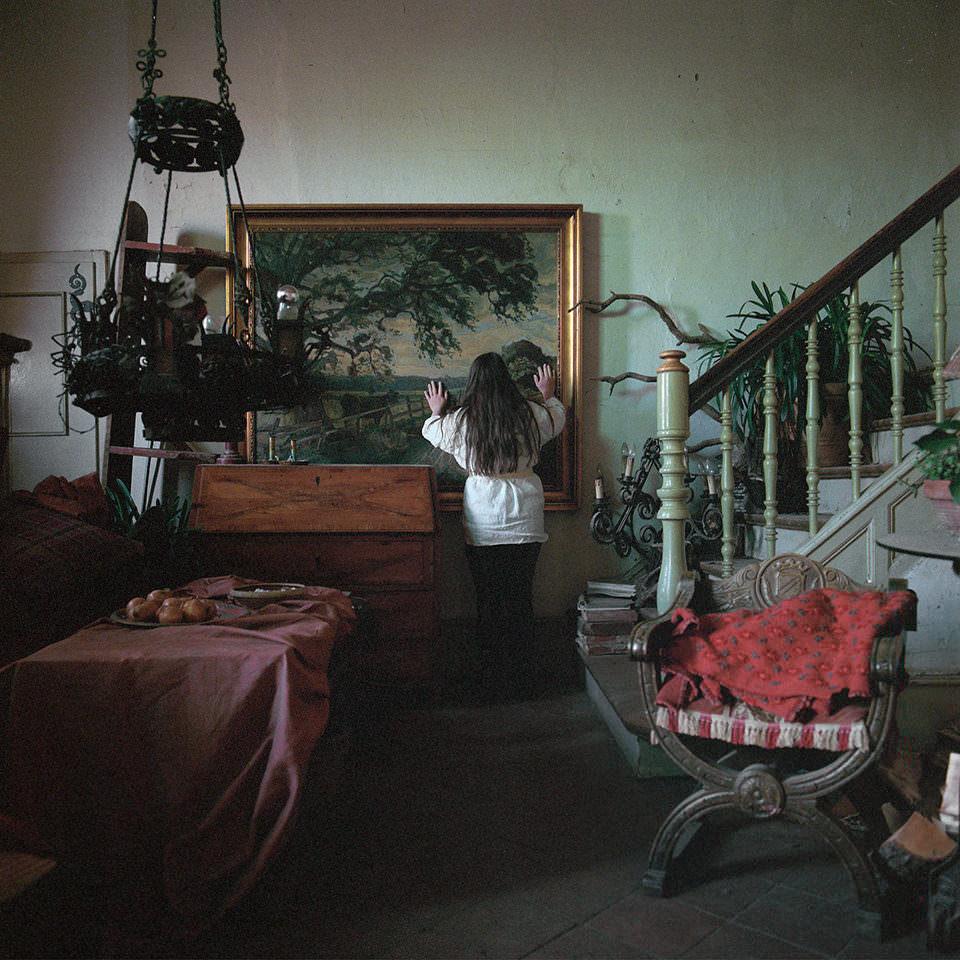 Eine Frau an einem Gemälde