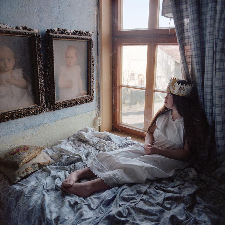 Eine Frau mit Krone auf einem Bett