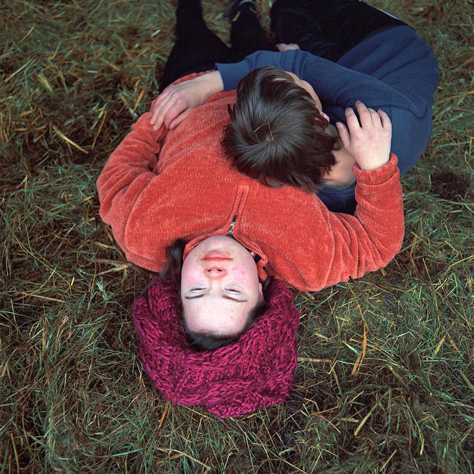 Zwei Menschen liegen auf Gras