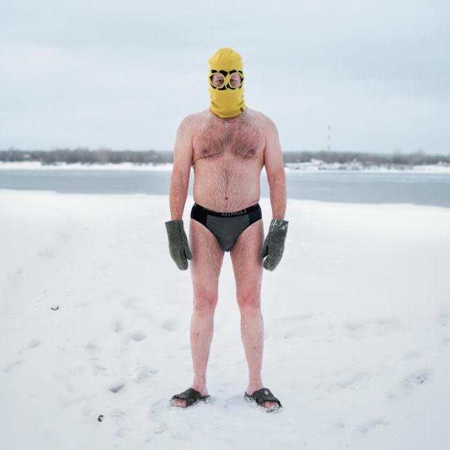 Mann im Badehose im Winter