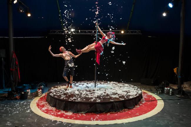Zwei Menschen im Zirkus auf der Bühne