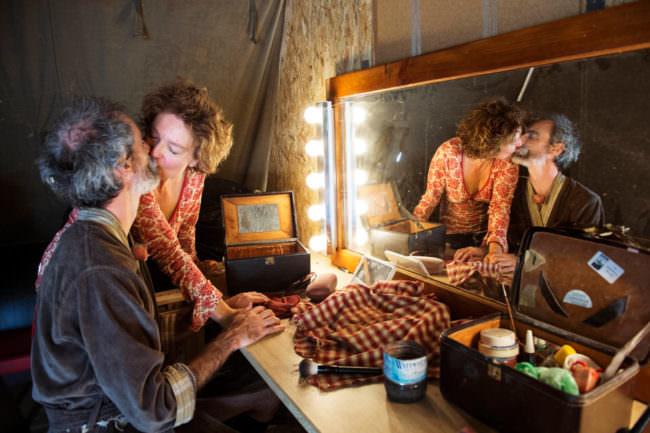 Zwei Menschen küssen sich vor einem Spiegel