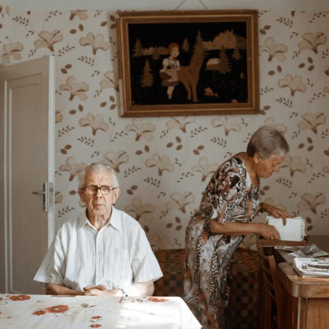 Zwei Menschen in einem Zimmer