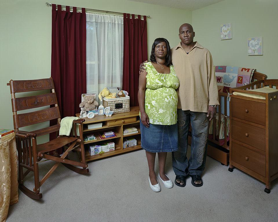 Ein Mann und eine Frau stehen nah beieinander in einem aufgeräumten Zimmer.