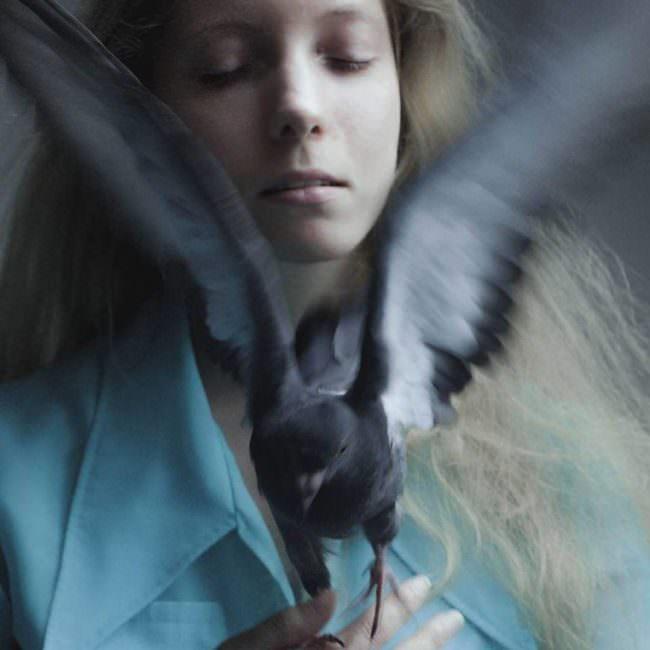 Eine Frau lässt eine Taube fliegen
