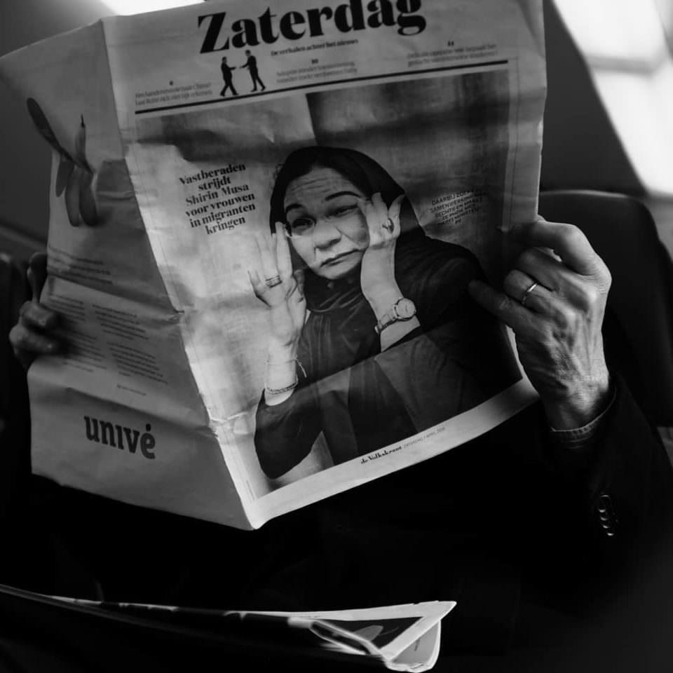 Bild einer Frau, die sich die Augen reibt, in einer aufgeschlagenen Zeitung