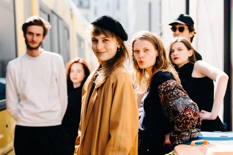 Gruppe junger Menschen im Sonnenlicht.