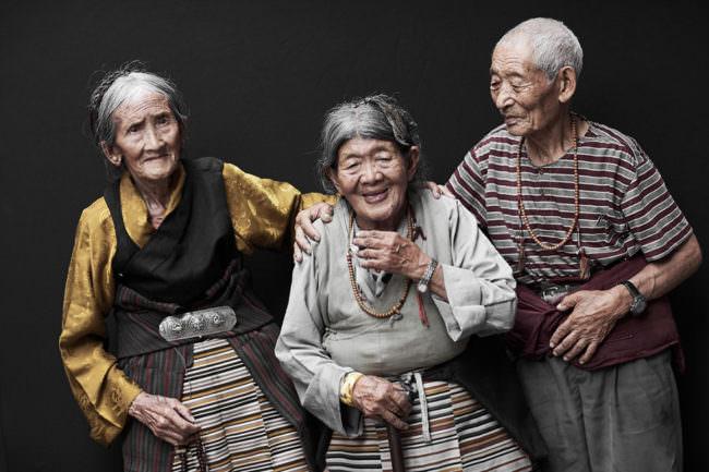 Drei lächelnde Menschen