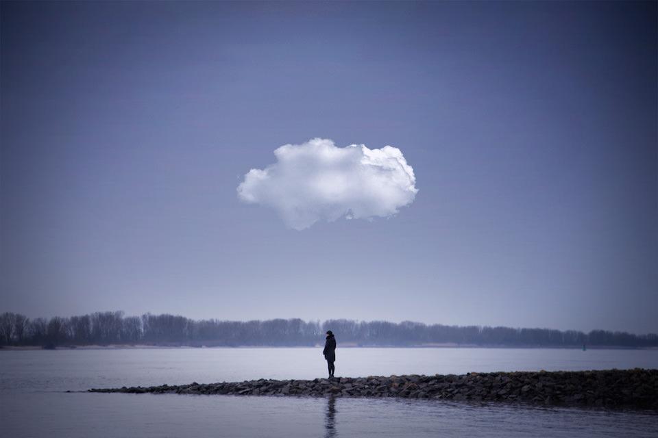 Person an der Küste mit Wolke über sich
