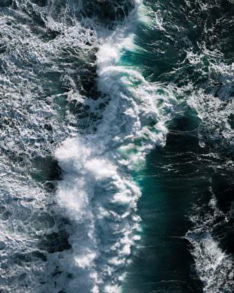 Schäumende Wellen auf dem Meer.