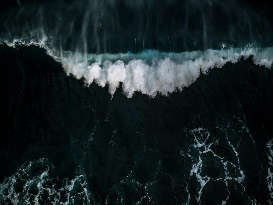 Schäumende Welle auf dem Meer