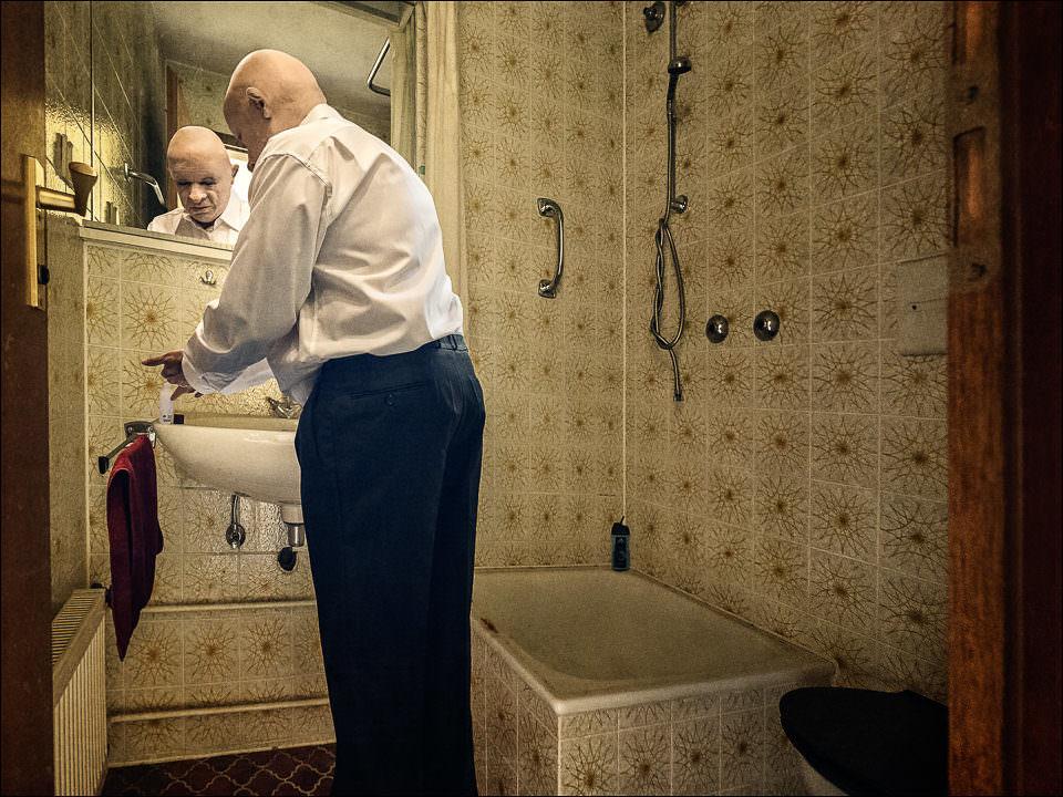 Mann im Badezimmer