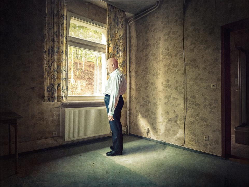 Ein Mann vor einem Fenster