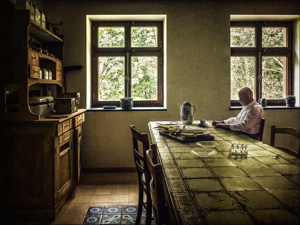 Ein Mann sitzt am Esstisch
