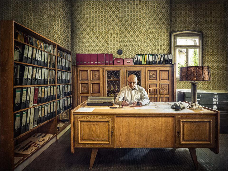 Ein Mann am Schreibtisch