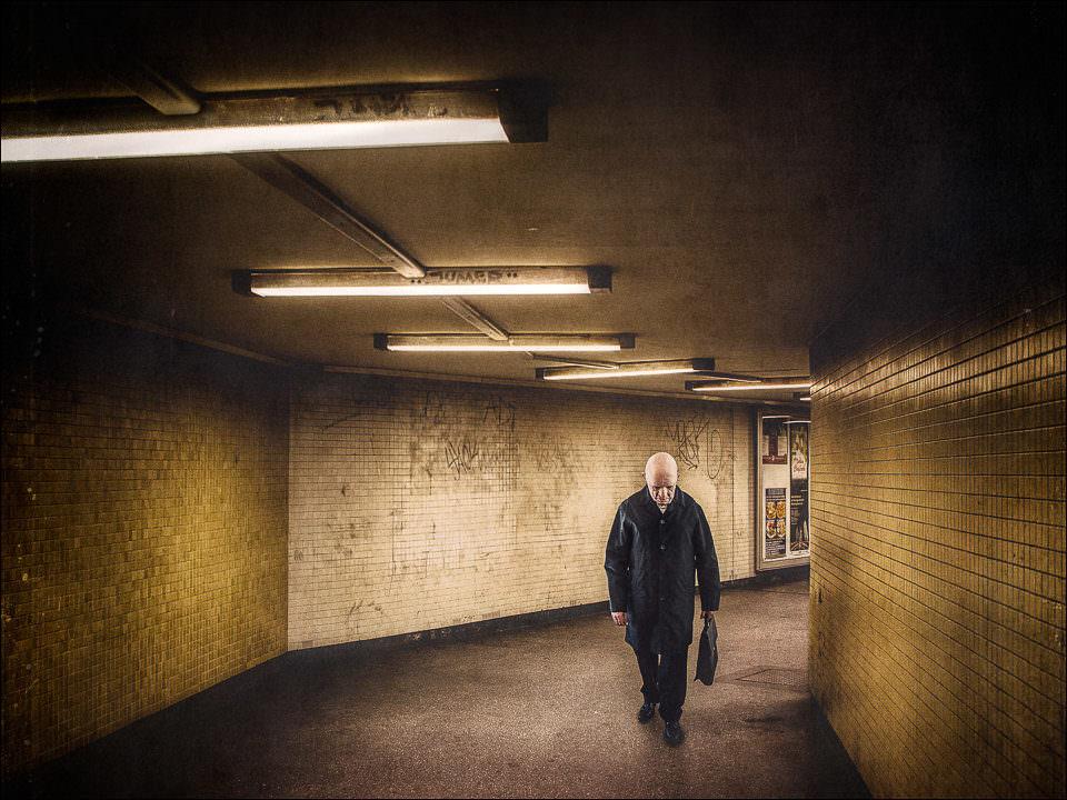 Ein mann läuft durch eine Unterführung